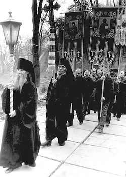 Загрузить увеличенное изображение. 569 x 800 px. Размер файла 111113 b.  Монах Руф (первый) и схиархидиакон Иларион во время крестного хода при открытии Киево-Печерской лавры (1988 г.)