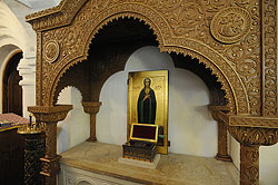 Загрузить увеличенное изображение. 800 x 532 px. Размер файла 153178 b.  Святые мощи преподобной Марии Египетской в приделе собора Сретенской обители