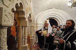 Загрузить увеличенное изображение. 800 x 532 px. Размер файла 117811 b.  Святейший патриарх Кирилл освящает придел святой Марии Египетской в Сретенском монастыре. 15 апреля 2009 г.