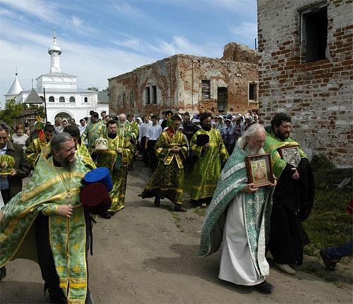 Крестный ход проходит по Свято-Никольскому Клобукову монастырю.
