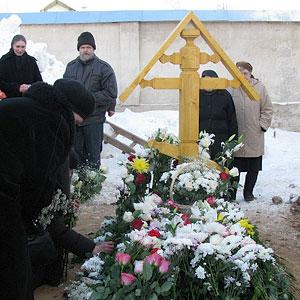 Могила схиигуменьи Стефаниды у алтарной части храма святителя Алексия. 22 марта 2009 года. Фото: Л. Соколова