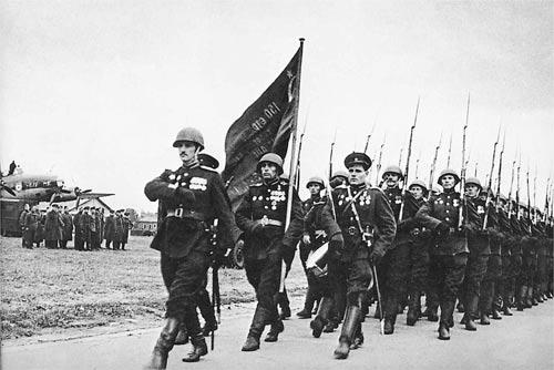 На фото – капитан Варенников во главе колонны. 1945 год