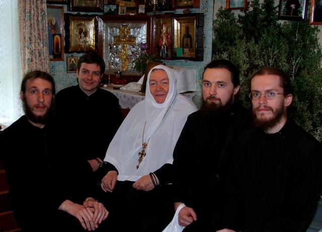 Братия Сретенской обители в гостях у настоятельницы Пюхтицкого монастыря игумении Варвары, 2003 г.