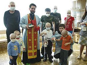 Иерей Даниил Луговой с пациентами РДКБ, куда 26 апреля 2009 г. впервые был доставлен Благодатный огонь