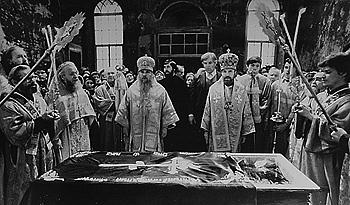 Молебен с акафистом перед мощами праведного Симеона Верхотурского возглавляет архиепископ Свердловский и Курганский Мелхиседек (Лебедев); слева от него – епископ Уфимский и Стерлитамакский Анатолий (Кузнецов). 1989 г.