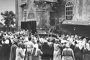 Крестный ход с обретенными мощами праведного Симеона Верхотурского вокруг Спасского храма в Свердловске. 25 мая 1989 г.