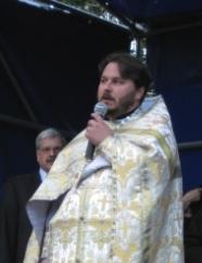 Протоиерей Алексий Исаев читает проповедь после Божественной Литургии в Московском парке Победы 22 июня 2009 года