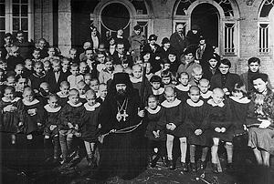 Святитель Иоанн Шанхайский с сиротами приюта. Шанхай, 1938 г.
