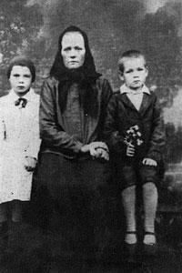 Иван Миронов с матерью и сестрой