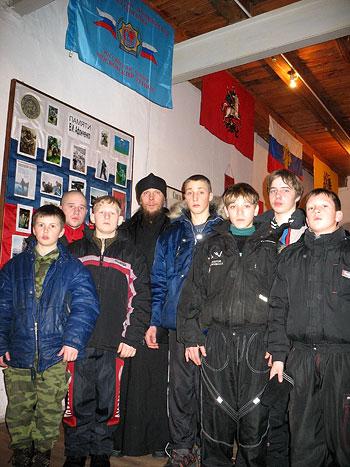 Диакон Геннадий Липатов среди воспитанников клуба «Святогор»