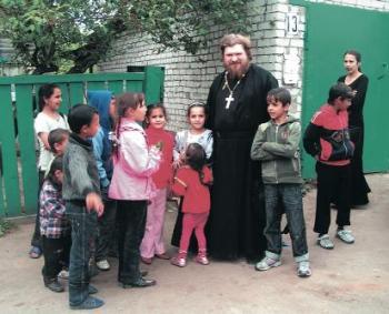 цыганка у церкви
