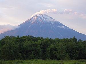 Дымит Корякский вулкан