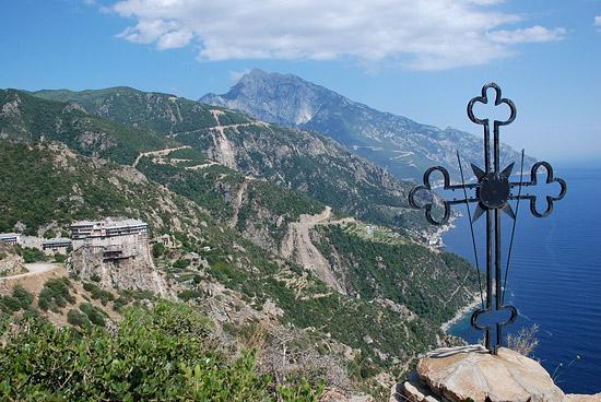 Монастырь Симонопетра, вершина Святой Горы и поклонный крест. Фото: А.Поспелов / Православие.Ru