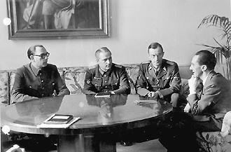 Будущее России Власов (слева) и его соратник Жиленков обсуждали с оберфюрером СС Крюгером (второй справа) и рейхсминистром Геббельсом (справа)