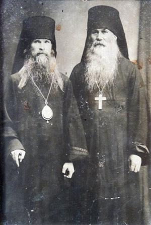 Архиепископ Варлаам (Ряшенцев) с неизвестным иеромонахом