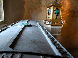 Гроб и реликварий с главой св. Лиобы