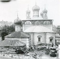 Вид на церковь преподобной Марии Египетской и собор монастыря с крыши Никольской церкви во время ее разборки. Фото 1928 г.
