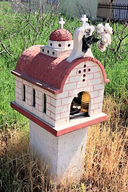 В маленьких церковках — «иконостаси», стоящих почти перед каждым греческим домом, по благочестивой традиции каждый вечер внутри зажигают лампадку