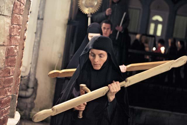 Крестный ход на Пасху. Первой идет с билом сестра Фавория, родом из Норвегии