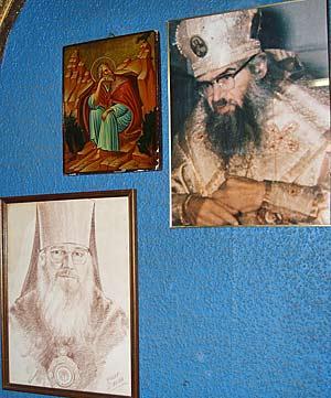 В библиотеке монастыря. На стене: икона Илии Пророка, фотография святителя Иоанна (Максимовича) и портрет архиепископа Иакова (Аккерсдейка)