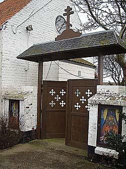 Вход в первейзский монастырь. Слева – икона Мартина Турского, справа – святителя Иоанна (Максимовича)
