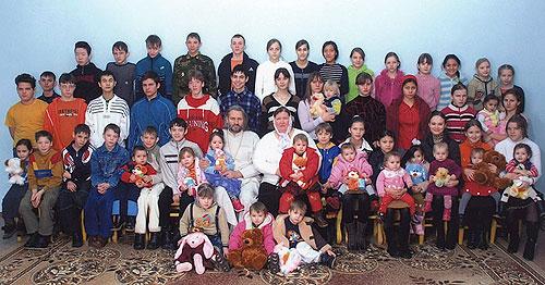 Семья протоиерея Николая Стремского. Сейчас в ней 70 детей
