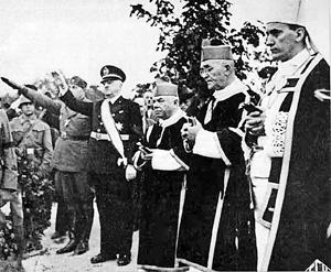 Архиепископ Загреба Алоизие Степинац (на фото крайний справа) призвал католическое духовенство поддержать фашистский режим Анте Павелича