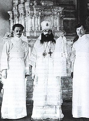 Ректор МДА епископ Феодор (Поздеевский) со своими иподиаконами, студентами МДА. 1910-е гг.