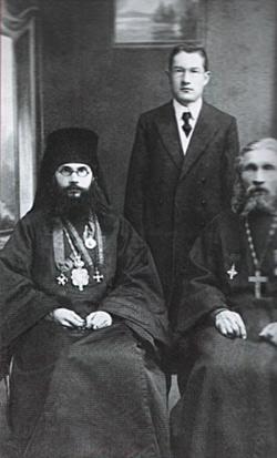 Епископ Феодор (Поздеевский) с отцом, протоиереем Василием, и братом Николаем. Сергиев Посад, 1910-е гг