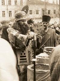 Владыка Борис служит молебен в ограде Троицкого собора. Праздник Крещения Господня. Саратов, 40−е годы