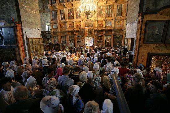 Божественная литургия в Борисо-Глебском монастыре перед началом крестного хода. Фото: Василий Нестеренко / Православие.Ru