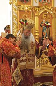 Владыка Нафанаил во время Божественной Литургии во вновь освященном Свято-Троицком соборе г. Вольска. 23 мая 2009 года