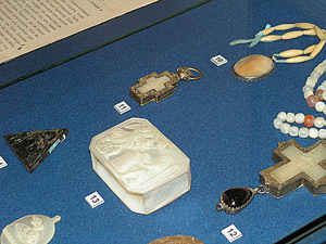 В центре  коробочка-реликварий, привезенная, по преданию, из палестины Н.В. Гоголем