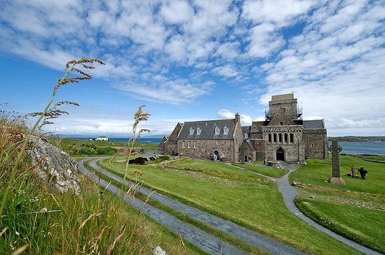 Аббатство (1200-е гг.) на месте старого монастыря, основанного св. Колумбой. <br>Остров Айона. Фото: Дж. Ричардсон