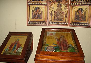 На аналое в Успенском соборе иконы преп. Моисея Угрина и св. короля Стефана