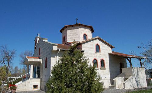 Белоянис. Храм великомученика Димитрия и равноапостольных Константина и Елены