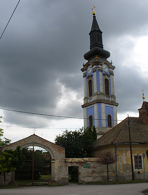 Рацкеве. У входа в Успенский монастырь