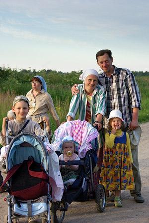 Семья на Иринарховском крестном ходе. Фото: Т.Кувшинова