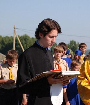 Чтение Апостола во время литургии под открытым небом в лагере «Патриот»