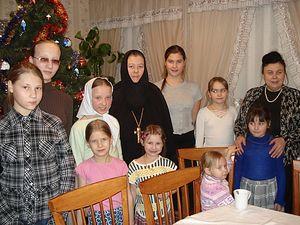 Загрузить увеличенное изображение. 800 x 600 px. Размер файла 294797 b.  Игумения Магдалина и Н.А. Сельская с девочками