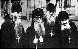 Слева направо: архимандрит Модест (Гамов), митрополит Зиновий (Мажуга), схиархимандрит Серафим (Романцов), схиархимандрит Андроник (Лукаш)