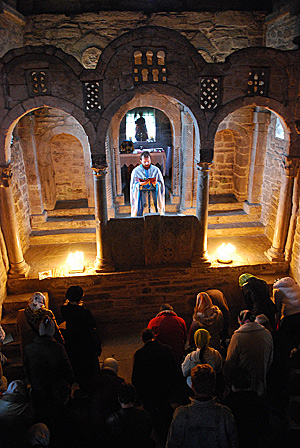 Литургия в древнем храме Астурии