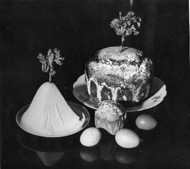 ​A Pascha cake and a Russian paskha curd cheese, in the 1970s.
