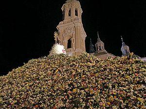 Загрузить увеличенное изображение. 500 x 375 px. Размер файла 85216 b.  Цветы у колонны Девы Марии