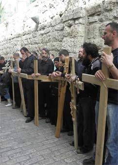 Сербский «мужской хор» перед крестным ходом