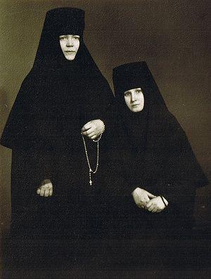 Загрузить увеличенное изображение. 500 x 662 px. Размер файла 126668 b.  Духовные сестры и будущие игумении – монахиня Варвара (Трофимова) и монахиня Георгия (Щукина). 1964 г.