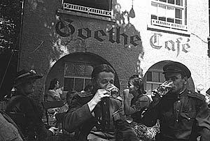 Воины-победители пробуют пиво, Германия, 1945 г.