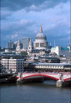 Собор св. Павла в Лондоне на фоне Темзы