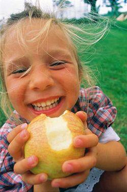 Яблоко со смешинкой. Призер фотоконкурса «Должны смеяться дети!»