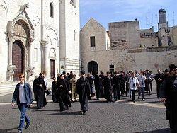 Загрузить увеличенное изображение. 500 x 375 px. Размер файла 53144 b.  Перед базиликой святителя Николая
